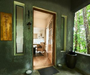 A bathroom at Ambong-Ambong Langkawi Rainforest Retreat