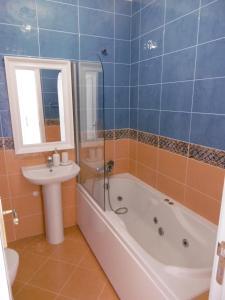 Uma casa de banho em Vila EMA