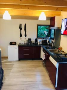 Cuisine ou kitchenette dans l'établissement Cottage vue mer