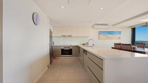 A kitchen or kitchenette at Strand Beachside 603