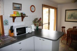 A kitchen or kitchenette at Windmill Cottage