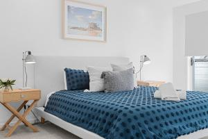 A bed or beds in a room at Lomani 8 on Browning Street