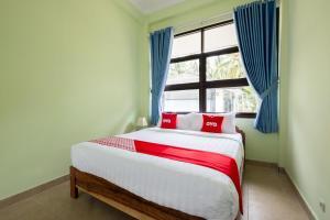 A bed or beds in a room at OYO 1605 Puput Resort Batulayar Senggigi