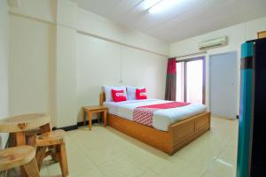 A bed or beds in a room at OYO 376 Ok Home Airport