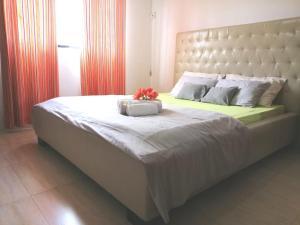 En eller flere senge i et værelse på Villa Friendly