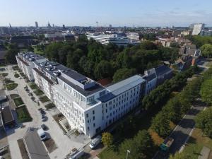 Een luchtfoto van Hotel Den Briel