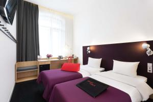 Кровать или кровати в номере AZIMUT Отель Тульская Москва