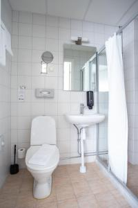 A bathroom at Järva Park Hotel