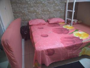 A bed or beds in a room at Kitnets da Tia Zeni