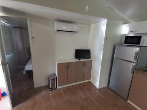 Telewizja i/lub zestaw kina domowego w obiekcie Adria Mobile Homes