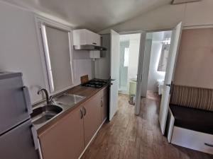 Kuchnia lub aneks kuchenny w obiekcie Adria Mobile Homes