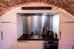 A kitchen or kitchenette at UKI-Hotel