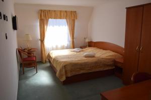 Postel nebo postele na pokoji v ubytování Hotel Anna Nejdek