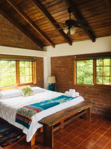 A bed or beds in a room at La Casa del Rio B&B