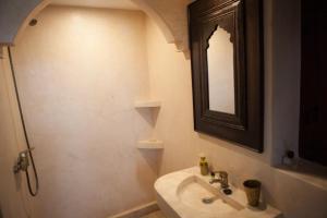 A bathroom at Riad Achwaq