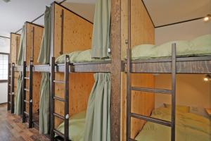 温泉ゲストハウス 湯kori ドミトリーにある二段ベッド