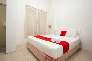 A bed or beds in a room at RedDoorz near Taman Bungkul