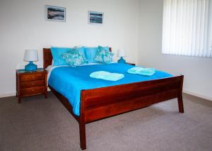 A bed or beds in a room at Blue Vogue Combo @ 192 Boomerang Drive