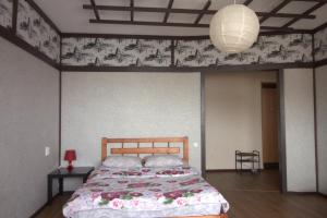 A bed or beds in a room at Domashnaya Gostinitsa Apartments on Radischeva Street 100