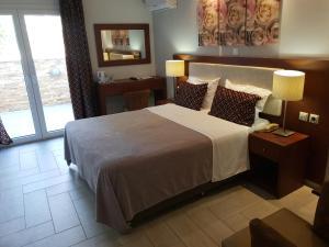 Säng eller sängar i ett rum på Chryssi Akti