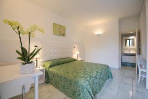 A bed or beds in a room at Hotel Residence Villa San Giovanni