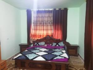 A bed or beds in a room at Jabal Almanara Apartment