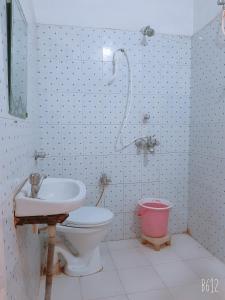 A bathroom at Hotel Vrindavan