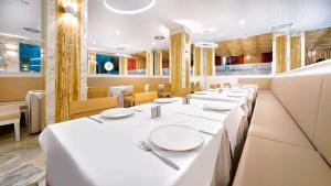 Een restaurant of ander eetgelegenheid bij BULL Eugenia Victoria & SPA