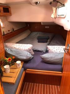 Ein Bett oder Betten in einem Zimmer der Unterkunft Yacht and the City