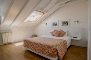 A bed or beds in a room at Casa das Aguarelas