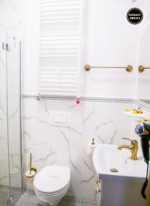 A bathroom at Elegant Hostel & Apartments