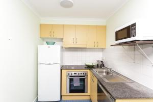 A kitchen or kitchenette at Inner City Chippendale Apartment