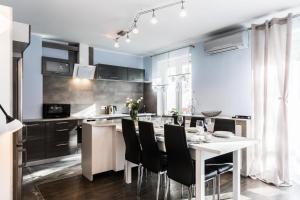 A kitchen or kitchenette at Apartament Sarnia Skała