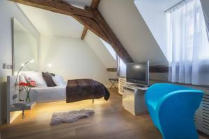 A bed or beds in a room at Three Storks