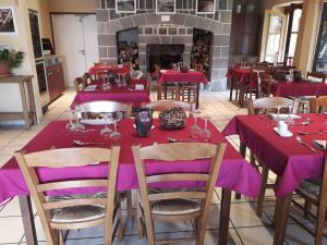 A restaurant or other place to eat at Auberge de l'Aspre