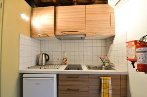 A kitchen or kitchenette at To Kastri