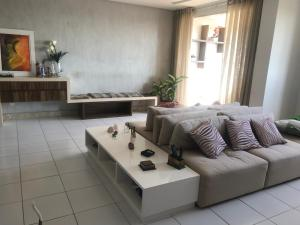 A seating area at Apartamento 2/4 lindo