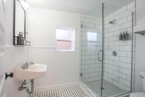 A bathroom at The Nightingale Motel