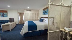 A bed or beds in a room at Hotel Century Zona Rosa