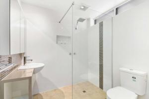 A bathroom at Quality Inn & Suites Traralgon