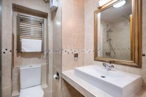 A bathroom at Quality Hotel Dudley