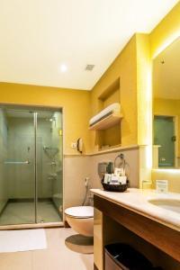حمام في Flora Airport Hotel and Convention Centre Kochi