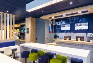El salón o zona de bar de Ibis Budget Bilbao City