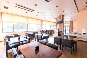 A restaurant or other place to eat at OYO Tsukuba Sky Hotel