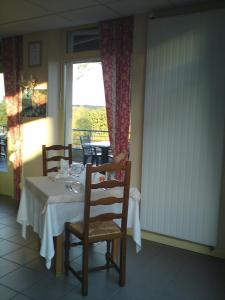 A restaurant or other place to eat at L'Hostellerie des Lacs