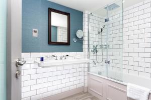 A bathroom at InterContinental Hotels - Edinburgh The George, an IHG Hotel