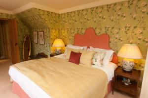 A bed or beds in a room at Hever Castle Luxury Bed and Breakfast