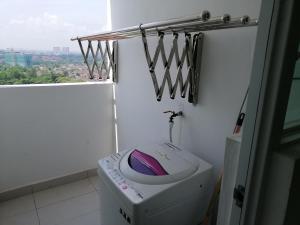 A bathroom at Comfortable Cozy Homestay at D'Carlton, Masai