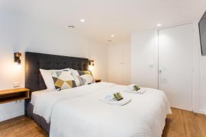 A bed or beds in a room at Résidence du Marais - Paris Center