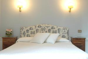 A bed or beds in a room at Hotel Lancelot